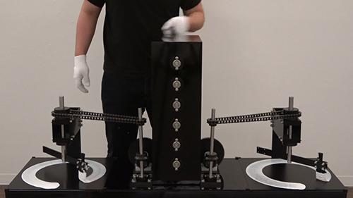 自作の機械と身体を融合し、作品を生み出す菊池和晃の個展「Draw a Circle」が、The Third Gallery Ayaにて開催中。