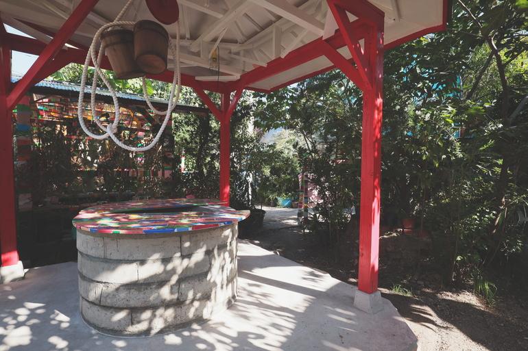 """ココルームの庭で寝泊りする""""釜芸キャンプ""""。トークの参加や 井戸水を使った蒸し料理などの体験から、生きる方法を学ぶ 釜ヶ崎芸術大学2020の講座「生きる、釜の知恵と技」が開催。"""