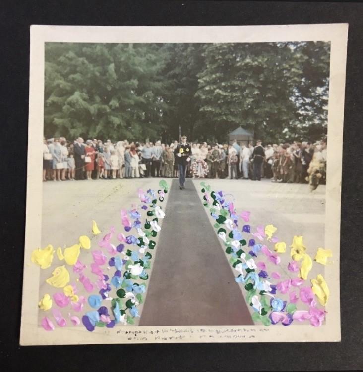 STUDIO DADADAの企画展「i am yours」がNEW PURE+にて開催。展示された写真や詩集などを選び、絵を描き足して完成する作品を販売。