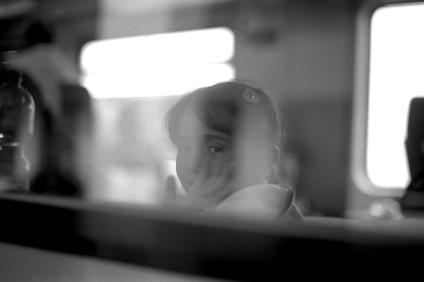 鷲尾和彦の新作写真集『Station』刊行記念展「移動する写真」がblackbird booksにて開催。「難民」と呼ばれる中東やアジアの人々をとらえたモノクロームプリントを展示。