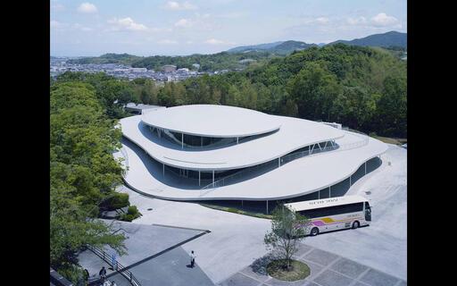 2018年、大阪芸術大学キャンパス内に生まれた、建築家・妹島和世による新校舎。その構想から完成までを追った『建築と時間と妹島和世』が、シネ・リーブル梅田にて上映。