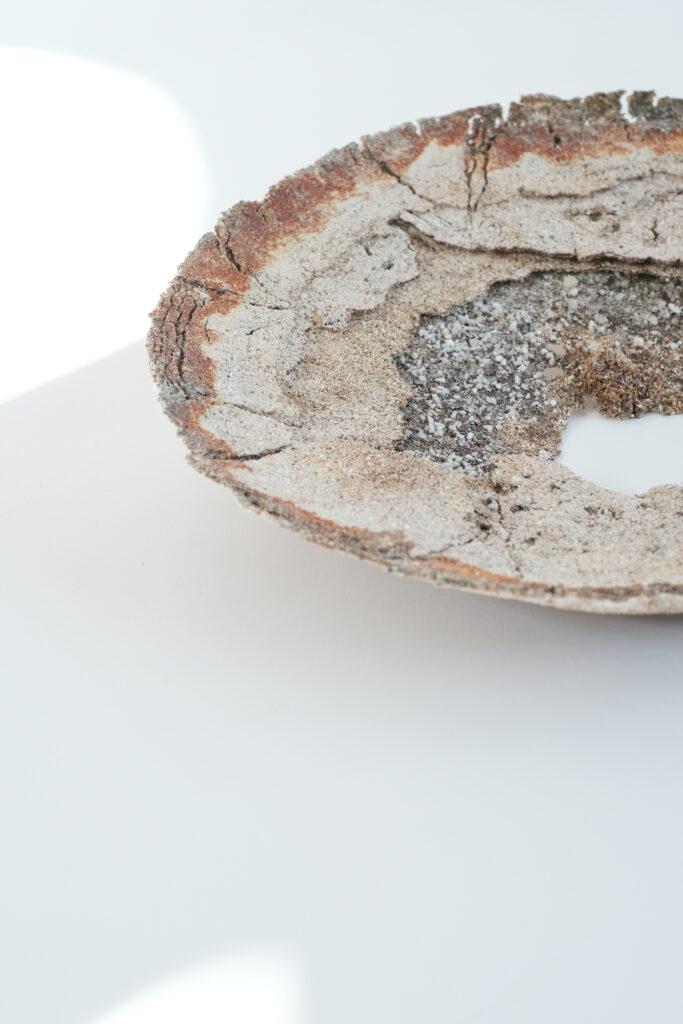 wadにて、台湾人作家のHan Yun Liangによる展示「the lake, the seed and the bonfire」開催。土と一緒に紙や動物の骨を用いて作られる作品を展示。